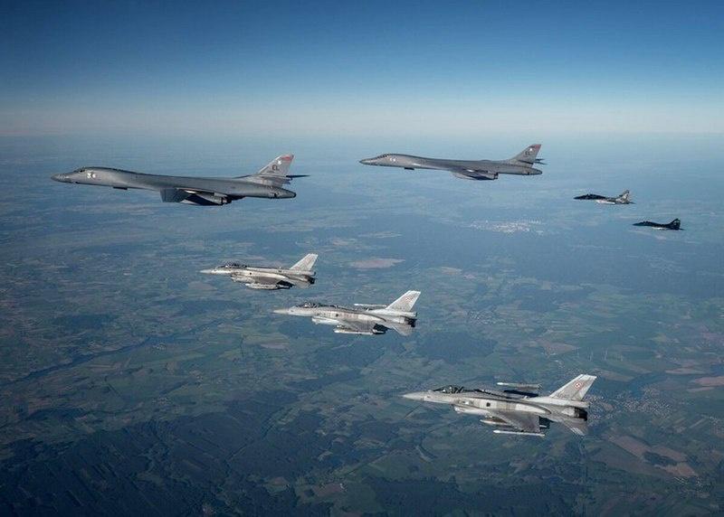 Два бомбардировщика B-1B Lancer совместно с украинскими истребителями Су-27 и МиГ-29 Fulcrums, а также турецкими KC-135.