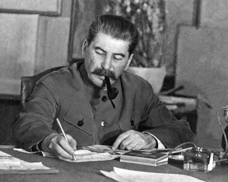 Сталин за рабочим столом.