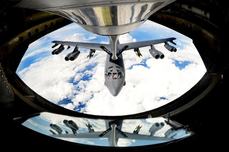 Танкер KC-135 заправляет B-52.