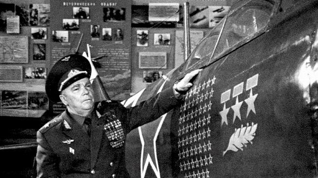 Маршал Иван Кожедуб у своего истребителя Ла-7 в Центральном музее авиации в Монино.