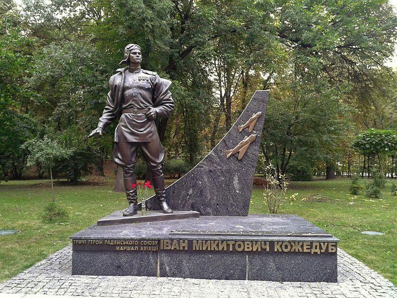 Памятник И.Н.Кожедубу в Киеве.