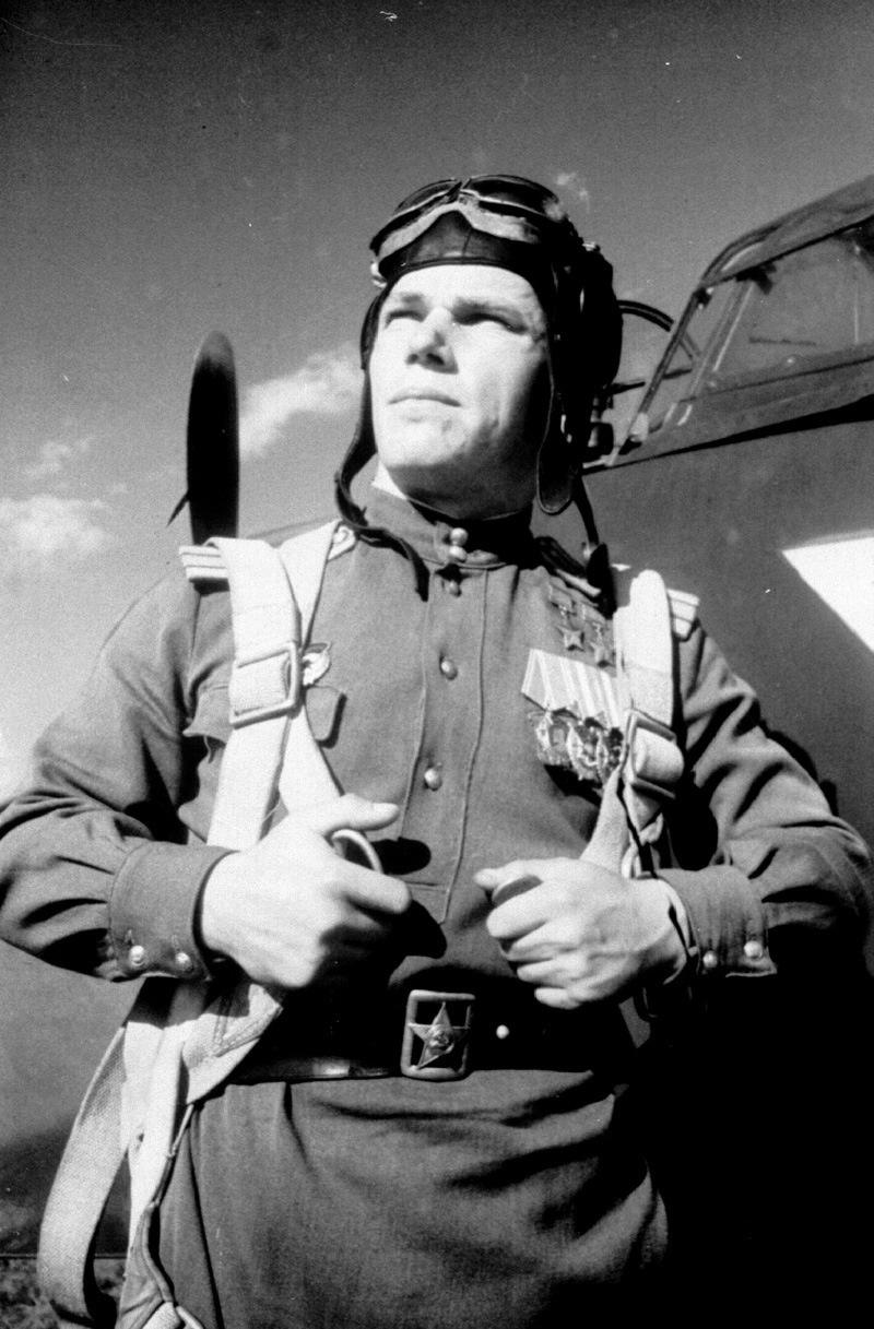 Дважды Герой Советского Союза гвардии майор Иван Никитович Кожедуб у истребителя «Ла-7» перед боевым вылетом.