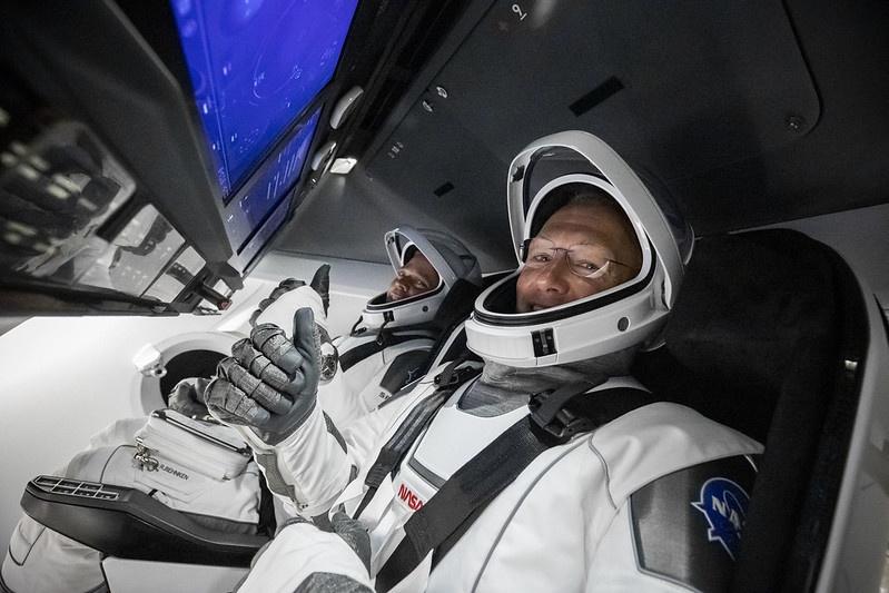 Дизайн кабины Crew Dragon и новые скафандры астронавтов были разработаны в художественном цехе Голливуда.