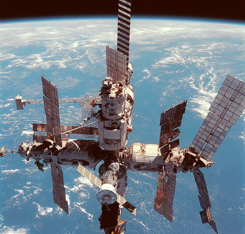 Советская орбитальная станция «Мир», которая могла бы ещё долго летать, была утоплена в Тихом океане по согласованию с американской стороной.