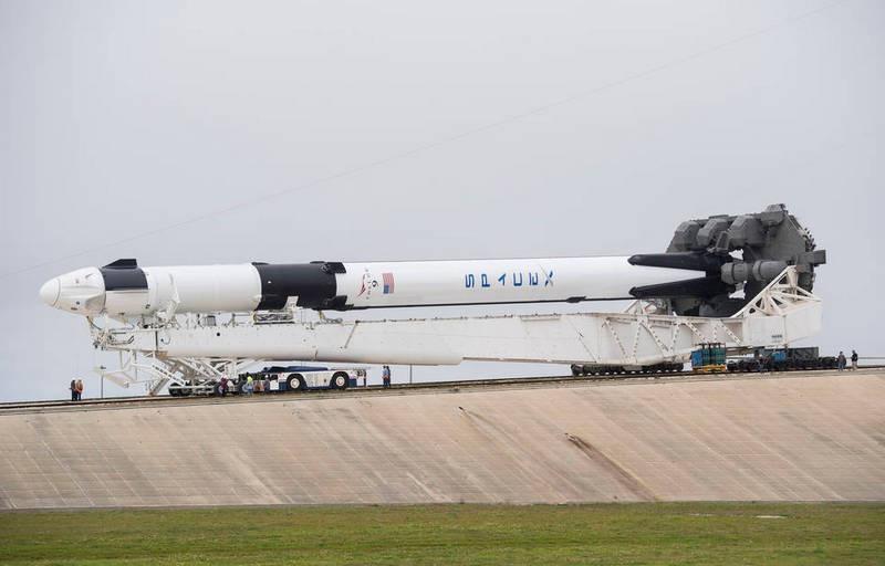 Ракета-носитель Falcon 9 с первой ступенью многоразового использования и пилотируемый космический корабль Crew Dragon.