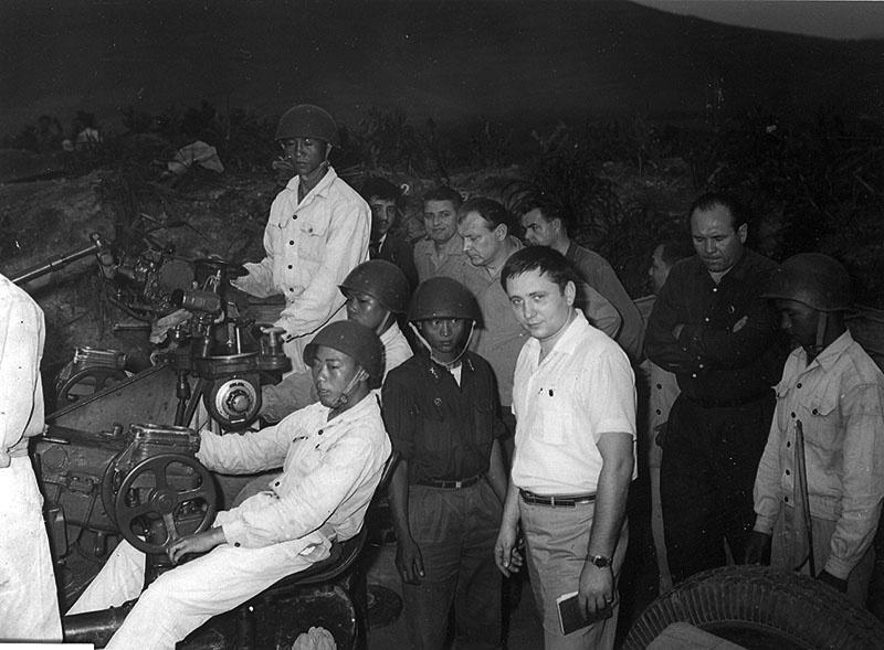 Военный атташе А. Лебедев (второй справа) на огневой позиции во Вьетнаме.
