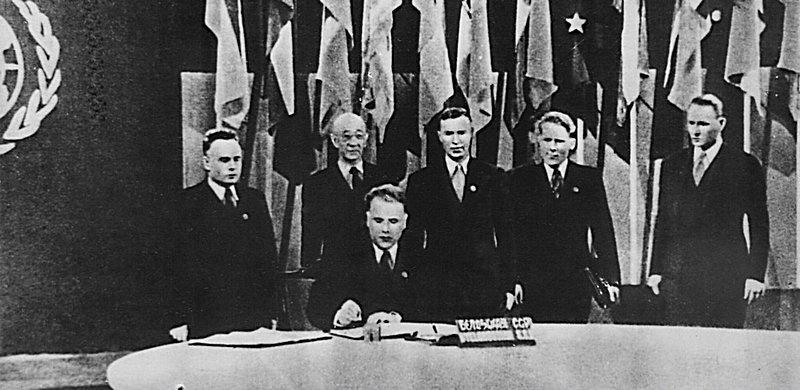 Глава делегации БССР подписывает устав ООН на конференции в Сан-Франциско. 26 июня 1945 г.