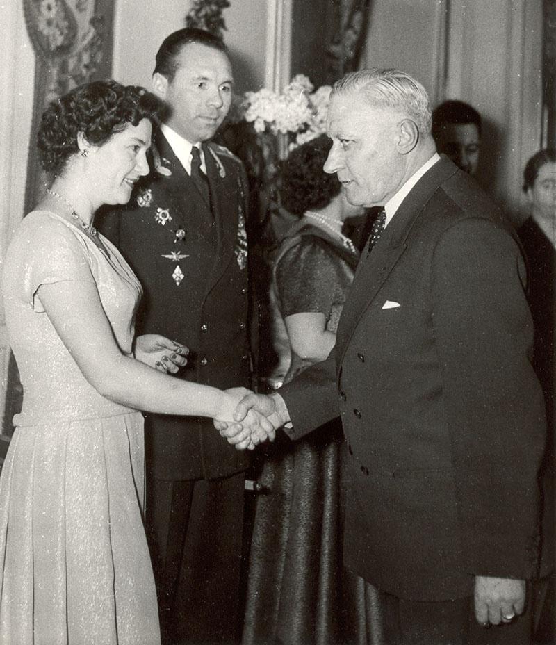 Военно-воздушный атташе А. Лебедев с супругой встречает гостей. Париж. 1958 г.
