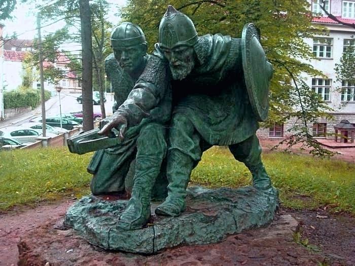 Памятник русскому князю Вячко и эстонскому старейшине Меэлису в Тарту.