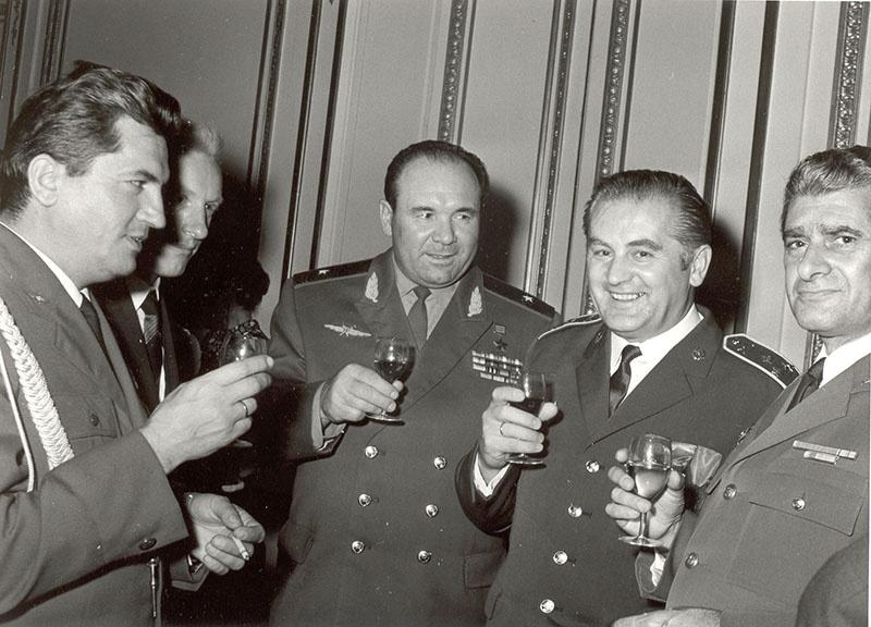 С коллегами - военными атташе других стран. Генерал-майор А. Лебедев третий справа. Париж.