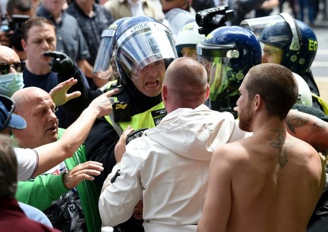 Столкновения сотрудников полиции с участниками акции протеста против полицейского произвола в Лондоне.