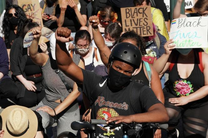 Протестующие на одной из улиц Нью-Йорка. Митингующие выступают против произвола полиции и поддерживают чернокожее население США.