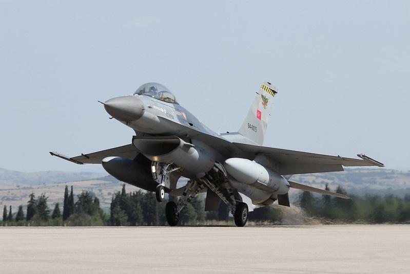 Турецкие военные самолёты нанесли удары по десяткам курдских объектов на севере Ирака.