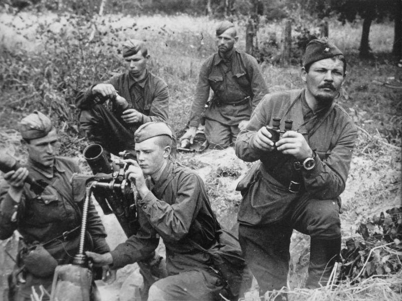 Расчет 82-мм миномета БМ-37 ведёт огонь. 1941 год.