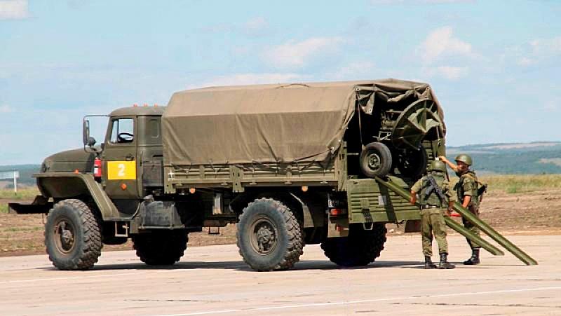 «Сани» возит специализированная транспортная машина на базе автомобиля высокой проходимости «Урал-43206».