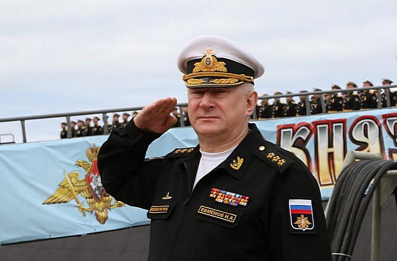 Главнокомандующий ВМФ России адмирал Николай Евменов руководил церемонией подъёма флага в День России на атомном подводном ракетном крейсере «Князь Владимир».