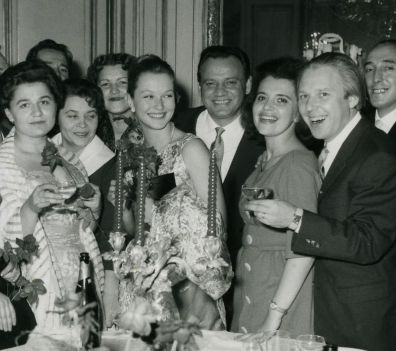 Советские артисты - гости нашего посольства в Париже. Второй справа - Олег Попов, четвёртый - Владимир Стрельбицкий, пятая - Марина Влади. 1960 год.