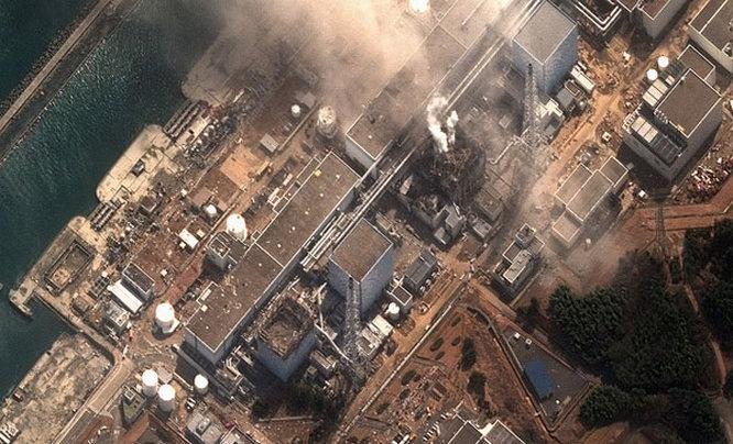 Вид на «Фукусима-1» во время аварии со спутника.