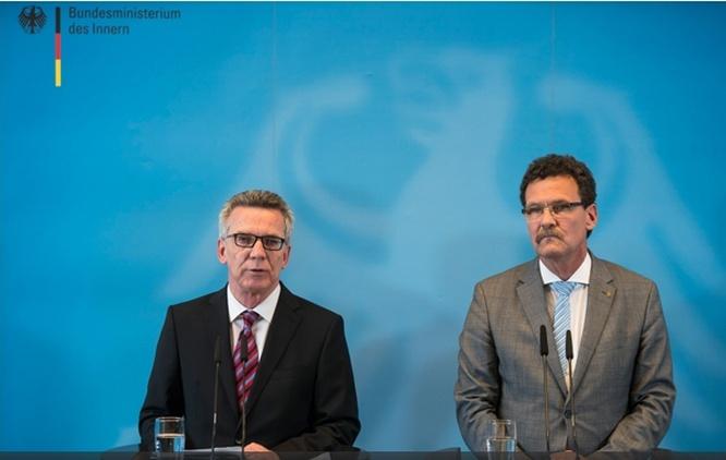 Министр внутренних дел Томас де Мезьер и глава Федерального ведомства по защите населения и оказанию помощи при катастрофах Кристоф Унгер представляют новую концепцию гражданской обороны.