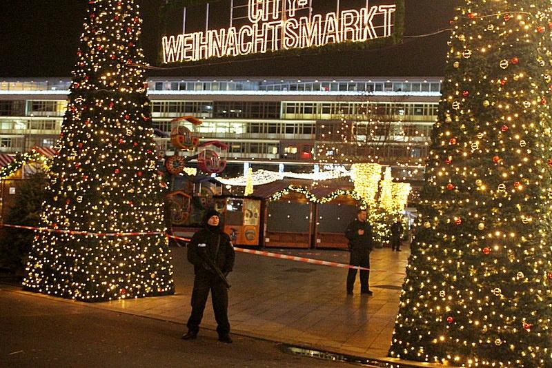 Рождественский базар в Берлине в 2016 году подвергся нападению террориста Аниса Амри.