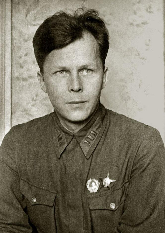 В сентябре 1939 года молодого поэта призвали на военную службу.