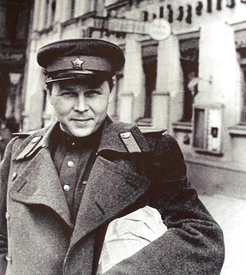 Александр Трифонович Твардовский закончил войну с погонами подполковника на плечах.