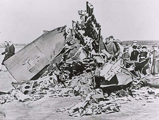 Обломки сбитого самолёта-шпиона U-2.