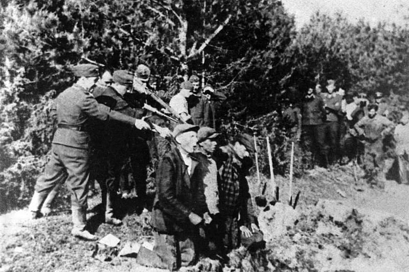 Нацисты расстреливают мирных жителей.