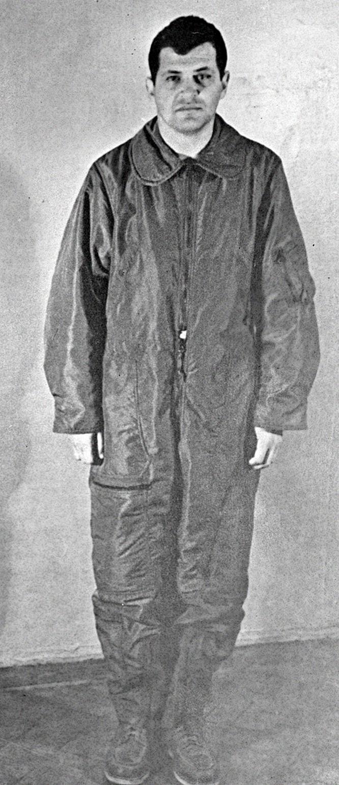Арестант Гарри Пауэрс - пилот сбитого самолёта.