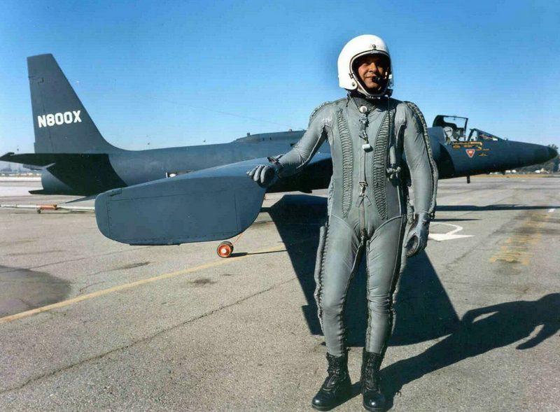 Капитан ВВС США Фрэнсис Гарри Пауэрс у своего U-2 перед полётом.