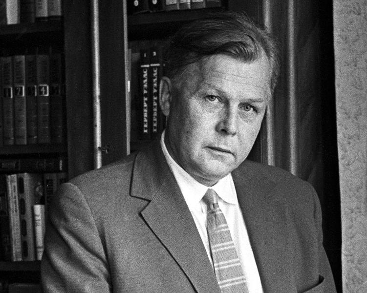 Александр Трифонович Твардовский, лауреат четырёх Государственных премий, главный редактор журнала «Новый мир».