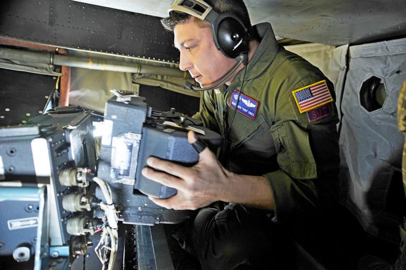 Замена кассеты с пленкой в фотоаппарате KA-91B на борту ОС-135B.
