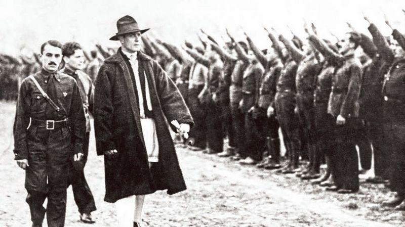 Корнелиу Зеля Кодряну (третий слева) осматривает членов «Железной гвардии».