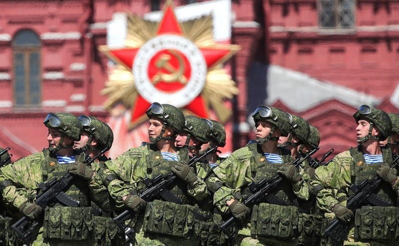 Идут десантники 104 гвардейского парашютно-десантного полка.