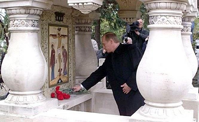 Памятный камень в честь княгини Веры Оболенской на русском кладбище в Сент-Женевьев‑де-Буа под Парижем.