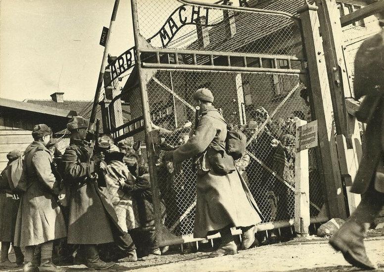 Красноармейцы открывают ворота лагеря Освенцим.