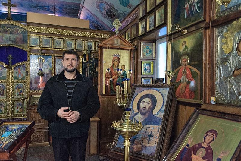 Константин Чалый не только руководит жизнью посёлка, но и служит пономарём в местном храме.