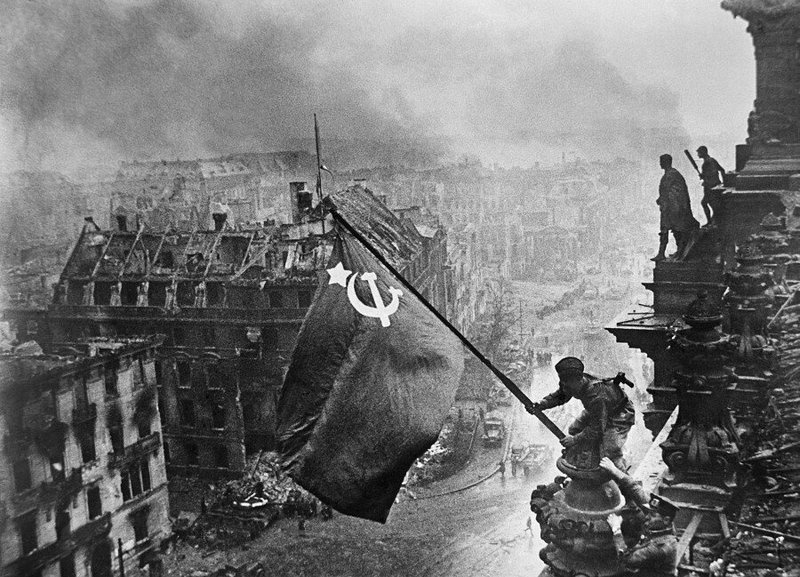 Евгений Халдей. Бойцы Красной Армии водружают знамя над Рейхстагом.