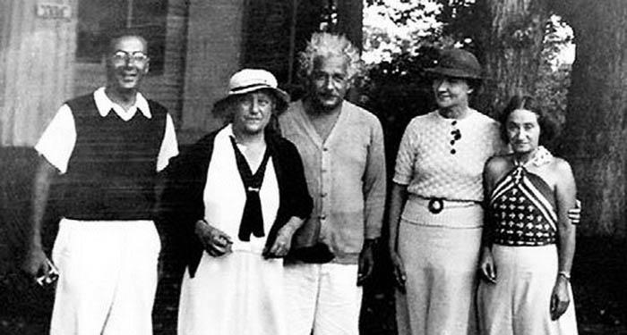 На снимке (слева направо): Роберт Оппенгеймер, Эльза и Альберт Эйнштейны, Маргарита Конёнкова и приемная дочь Эйнштейнов Марго.