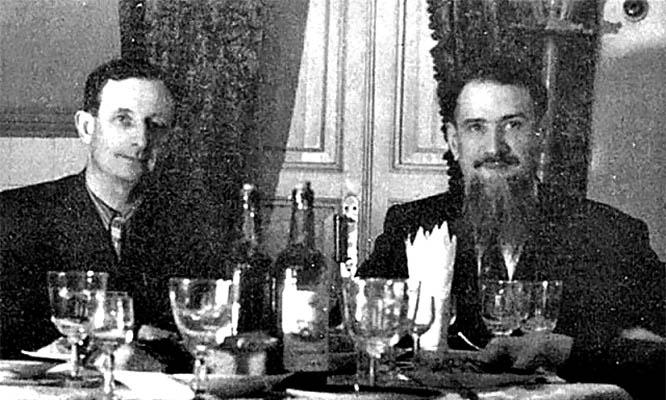 Юлий Харитон и Игорь Курчатов отмечают испытание атомной бомбы.