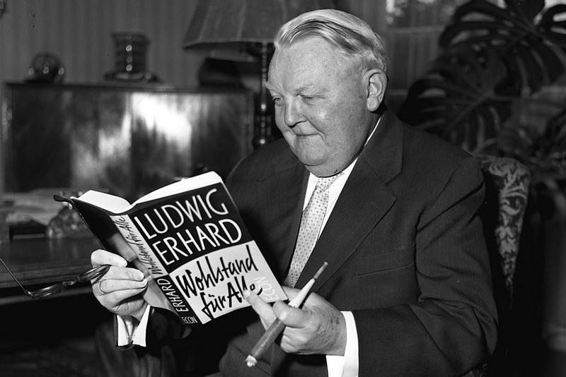 Людвиг Эрхард со своей книгой «Благосостояние для всех».