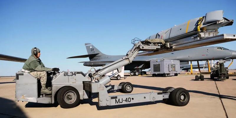 Погрузка ракеты LRASM на бомбардировщик В-1В Lancer.