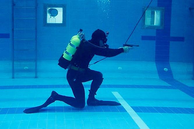 В училище построен уникальный учебно-тренировочный водолазный комплекс, где оттачиваются навыки стрельбы под водой из специального оружия.