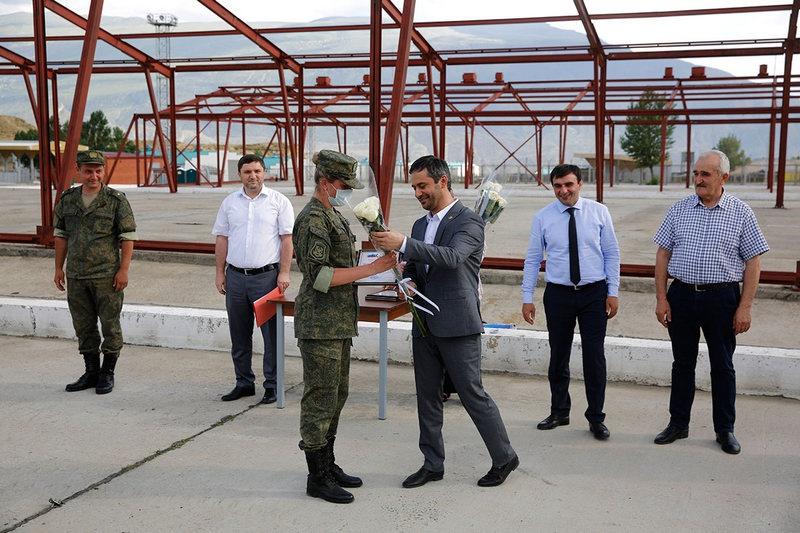 Глава Ботлихского района Дагестана Руслан Гамзатов поблагодарил военных специалистов за оказанную помощь и вручил личному составу почётные грамоты и памятные сувениры ручной работы.