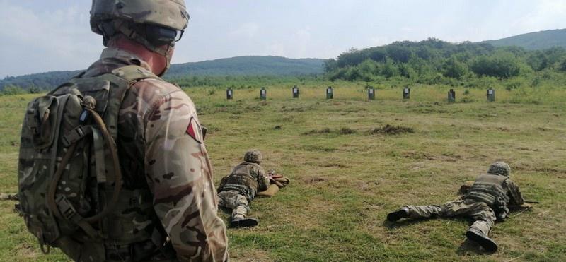 Британский инструктор тренирует украинских морпехов в рамках программы «Орбитал».