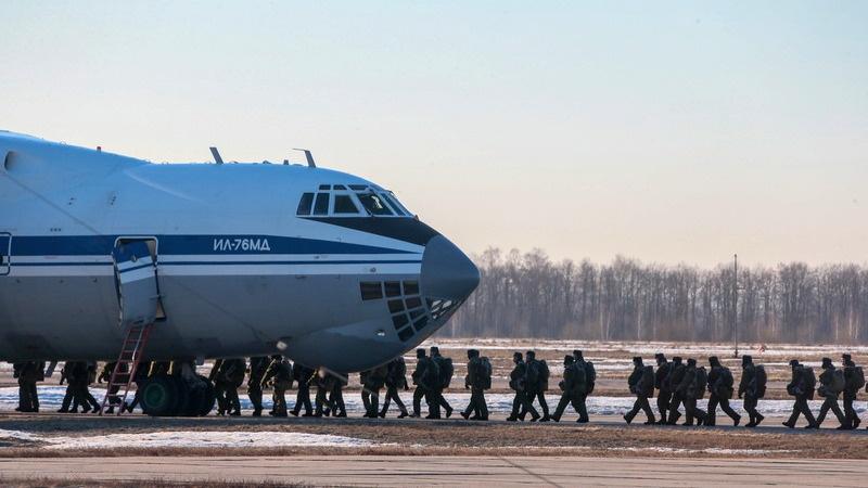 Сразу после первого прыжка с борта Ан-2 курсанты получают право носить тельняшку, а после десантирования из Ил-76 смогут примерить голубой берет.