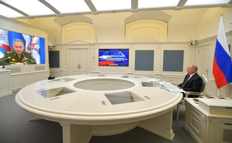 Президент Российской Федерации Владимир Путин на видеоконференции по случаю открытия новых медицинских центров Министерства обороны РФ, 30 июня 2020 года.