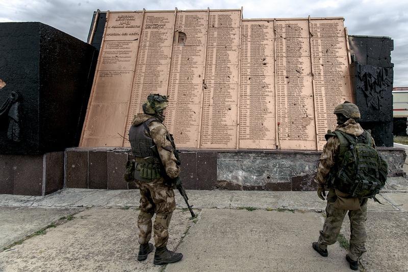 С приходом войны на Донбасс Саур-Могила стала местом единственным в своем роде…