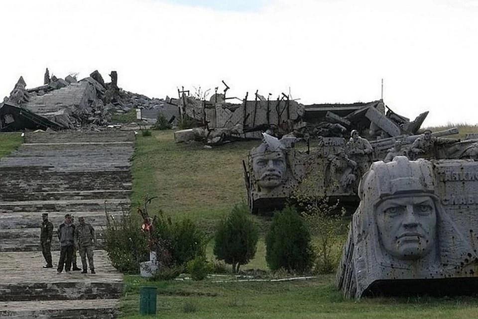 Главную стелу мемориала снаряды снесли до основания, а от бронзовой статуи воина-освободителя почти ничего не осталось.