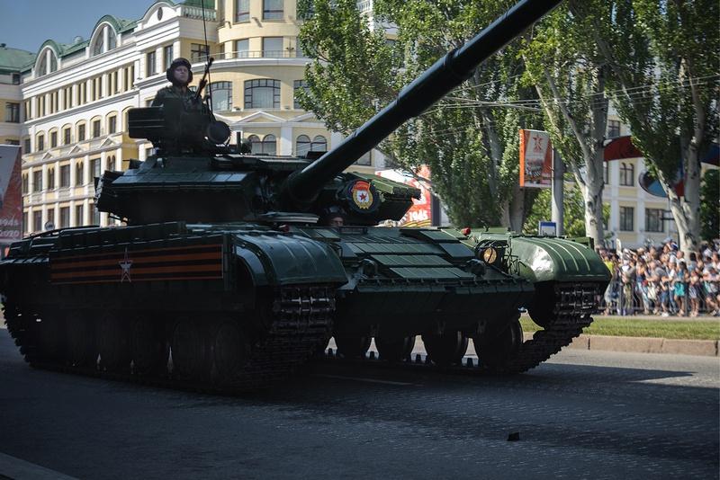 Современная боевая техника на параде.